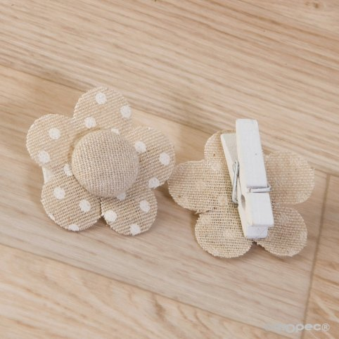 Beige Blumenclip mit Elfenbein Tupfen 4,5x4,5cm.