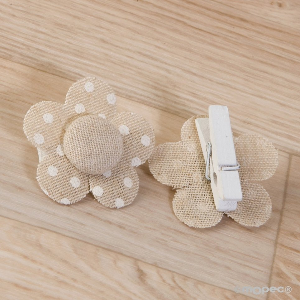 Beige flower clamp with 4.5x4.5cm ivory moles.