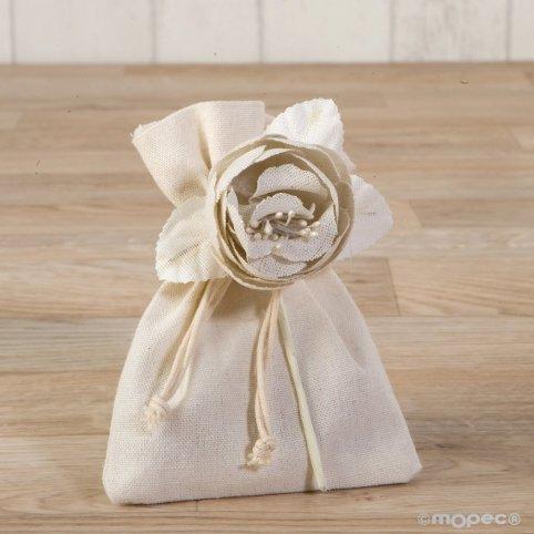 Flor de algodón marfil con 3 bombones
