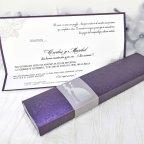 Invitación de caja morada Cardnovel 39208 abierta