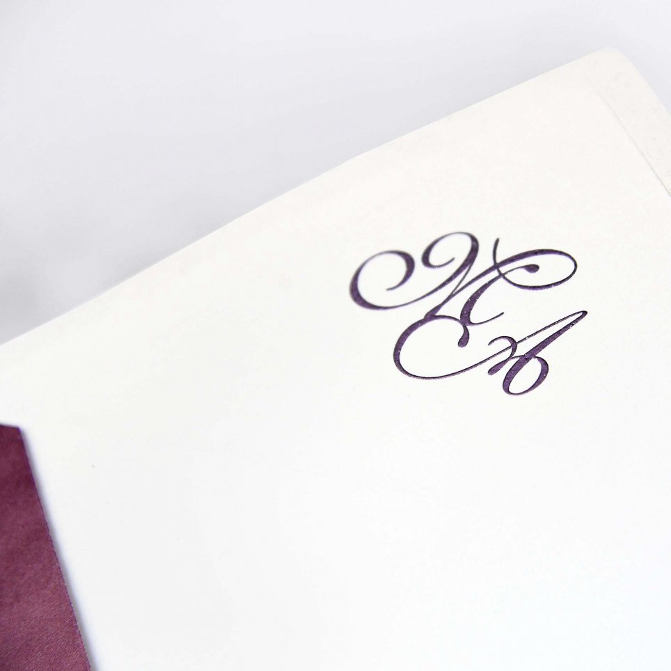 Die Initialen sind auf dem Umschlag gedruckt