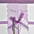 Invitación de boda solapas y lazo morado Cardnovel 39104 detalle